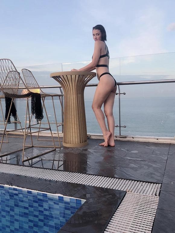 Hồng Quế diện bikini phô diễn đường cong chết người trong chuyến đi du lịch cùng con gái-1
