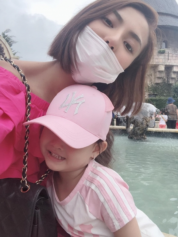 Hồng Quế diện bikini phô diễn đường cong chết người trong chuyến đi du lịch cùng con gái-6