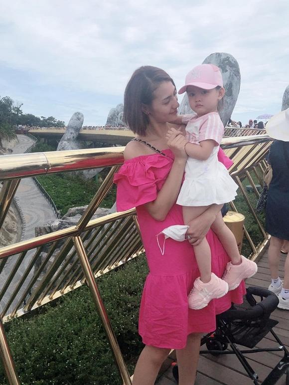 Hồng Quế diện bikini phô diễn đường cong chết người trong chuyến đi du lịch cùng con gái-8