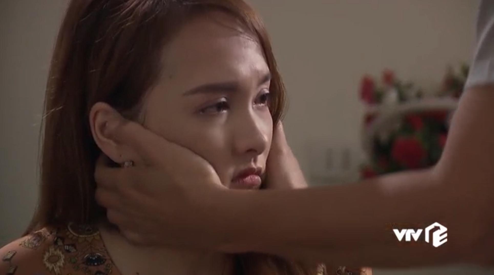 Cảnh phim xúc động nhất tập 69 Về nhà đi con lại trở nên hài hước bởi chiếc hoa tai, dân mạng thích thú gọi tên cô Hạnh-5
