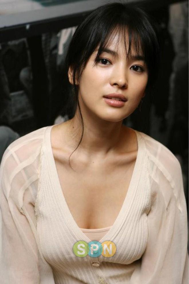 Đâu phải bây giờ mới táo bạo, Song Hye Kyo từng có những khoảnh khắc khoe vòng 1 đầy đặn nóng bỏng thế này cơ mà-7