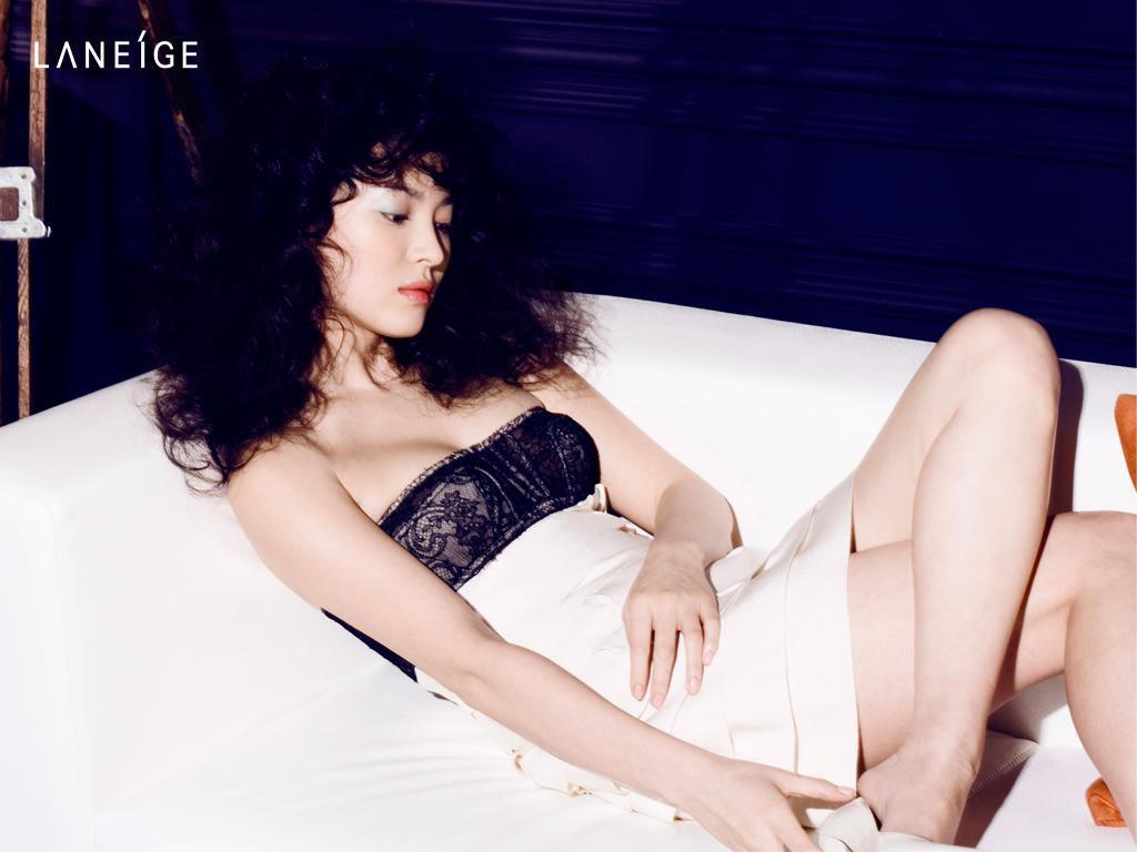 Đâu phải bây giờ mới táo bạo, Song Hye Kyo từng có những khoảnh khắc khoe vòng 1 đầy đặn nóng bỏng thế này cơ mà-12
