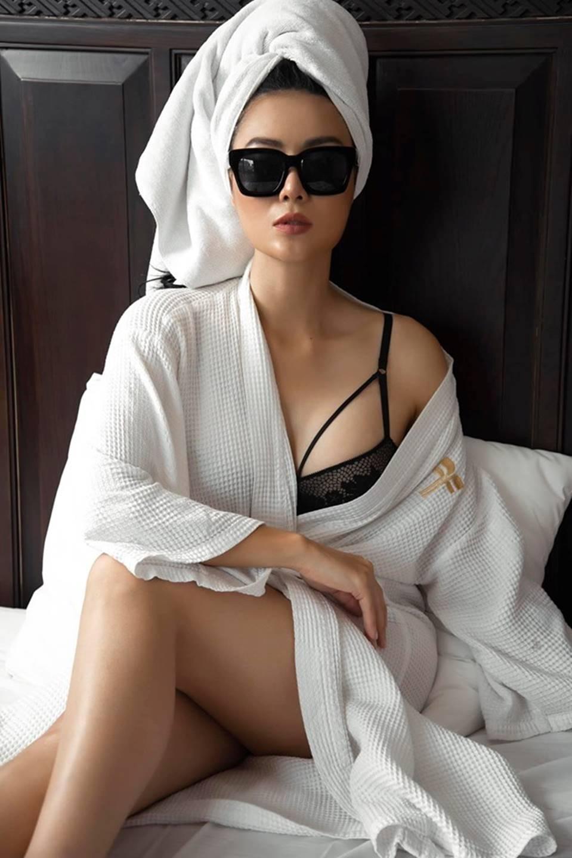 Thanh Hương ngày càng sexy, khoe đường cong nóng bỏng trên giường-1