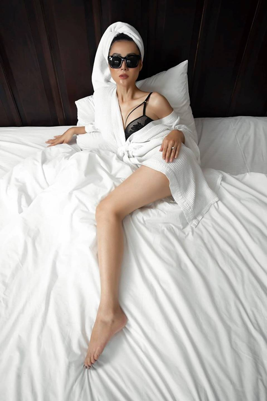 Thanh Hương ngày càng sexy, khoe đường cong nóng bỏng trên giường-3