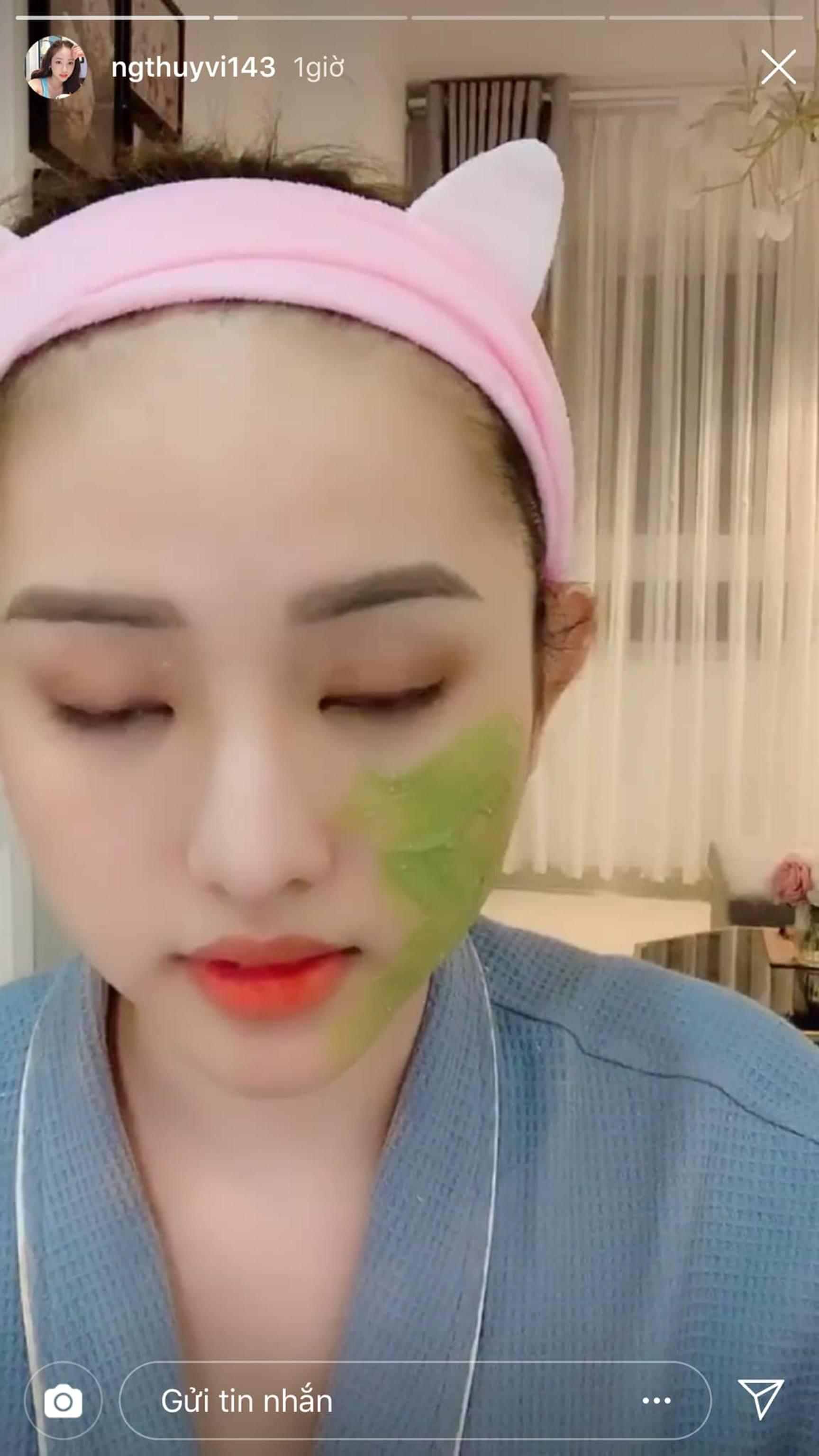 Thúy Vi lạ ghê, đắp mặt nạ khổ qua mà trên mặt 7749 lớp make-up thế này thì da hấp thụ làm sao?-1