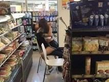 Cặp đôi thản nhiên ôm hôn trong cửa hàng, ngồi lên ghế làm đủ mọi động tác nhạy cảm