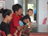 Vợ mất vì ung thư, ông bố trẻ 'gà trống' một mình chạy vạy lo cơm ngày 3 bữa cho 5 đứa con thơ dại
