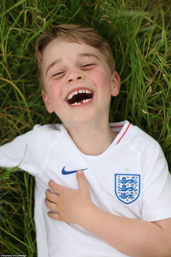 Cung điện công bố 3 bức hình mới tuyệt đẹp của Hoàng tử George mừng tuổi lên 6, Meghan Markle muối mặt khi bị đá xoáy trong sinh nhật cháu trai-1