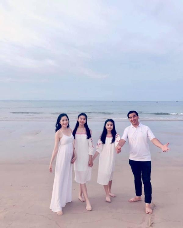 Quyền Linh khoe ảnh hạnh phúc chuẩn Gia đình kiểu mẫu Việt nhưng nhan sắc con gái lớn xinh như hoa hậu tương lai mới gây chú ý-1