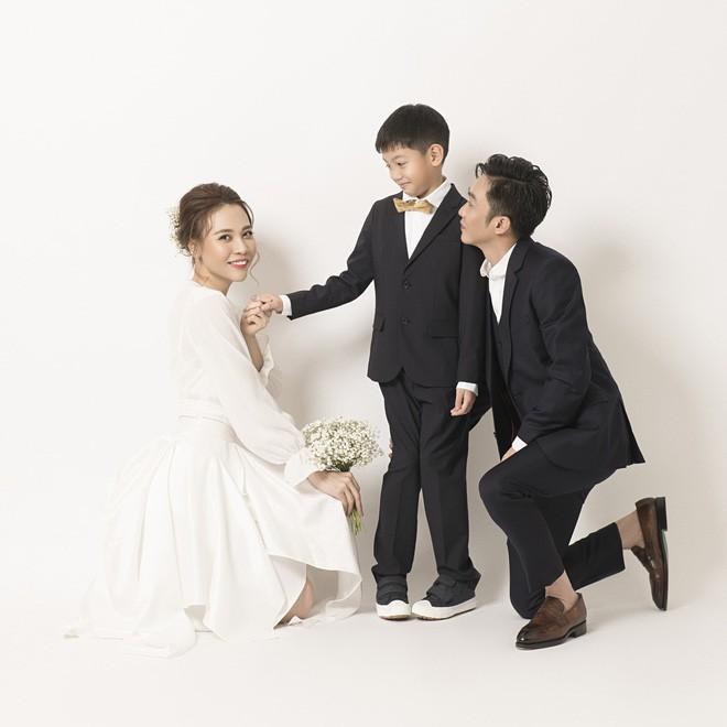 Cường Đôla hôn vợ say đắm trong loạt ảnh cưới mới, bé Subeo thân thiết nắm tay mẹ kế-1