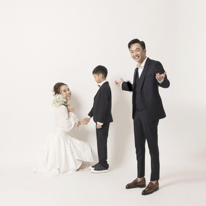 Cường Đôla hôn vợ say đắm trong loạt ảnh cưới mới, bé Subeo thân thiết nắm tay mẹ kế-2