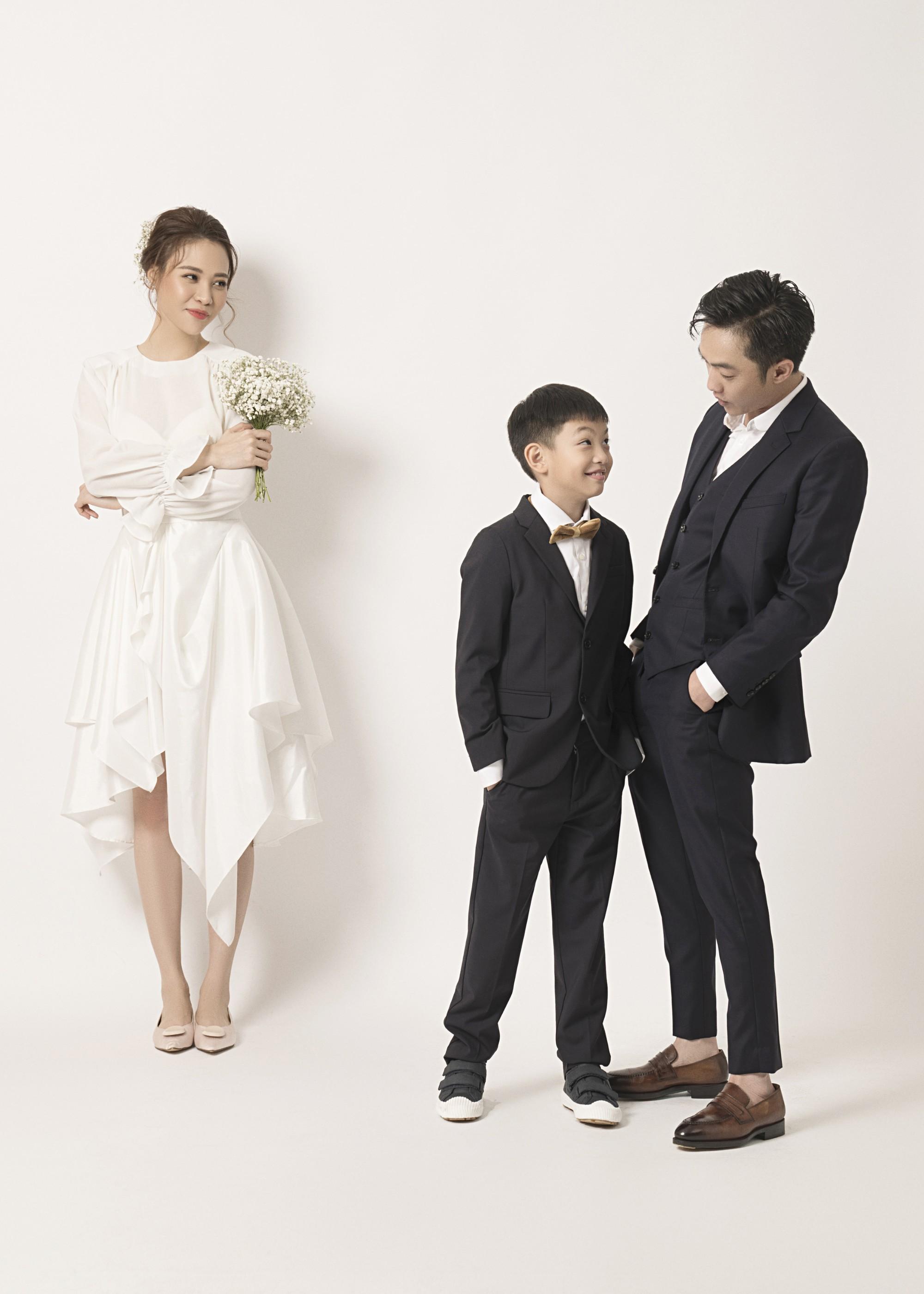 Cường Đôla hôn vợ say đắm trong loạt ảnh cưới mới, bé Subeo thân thiết nắm tay mẹ kế-3