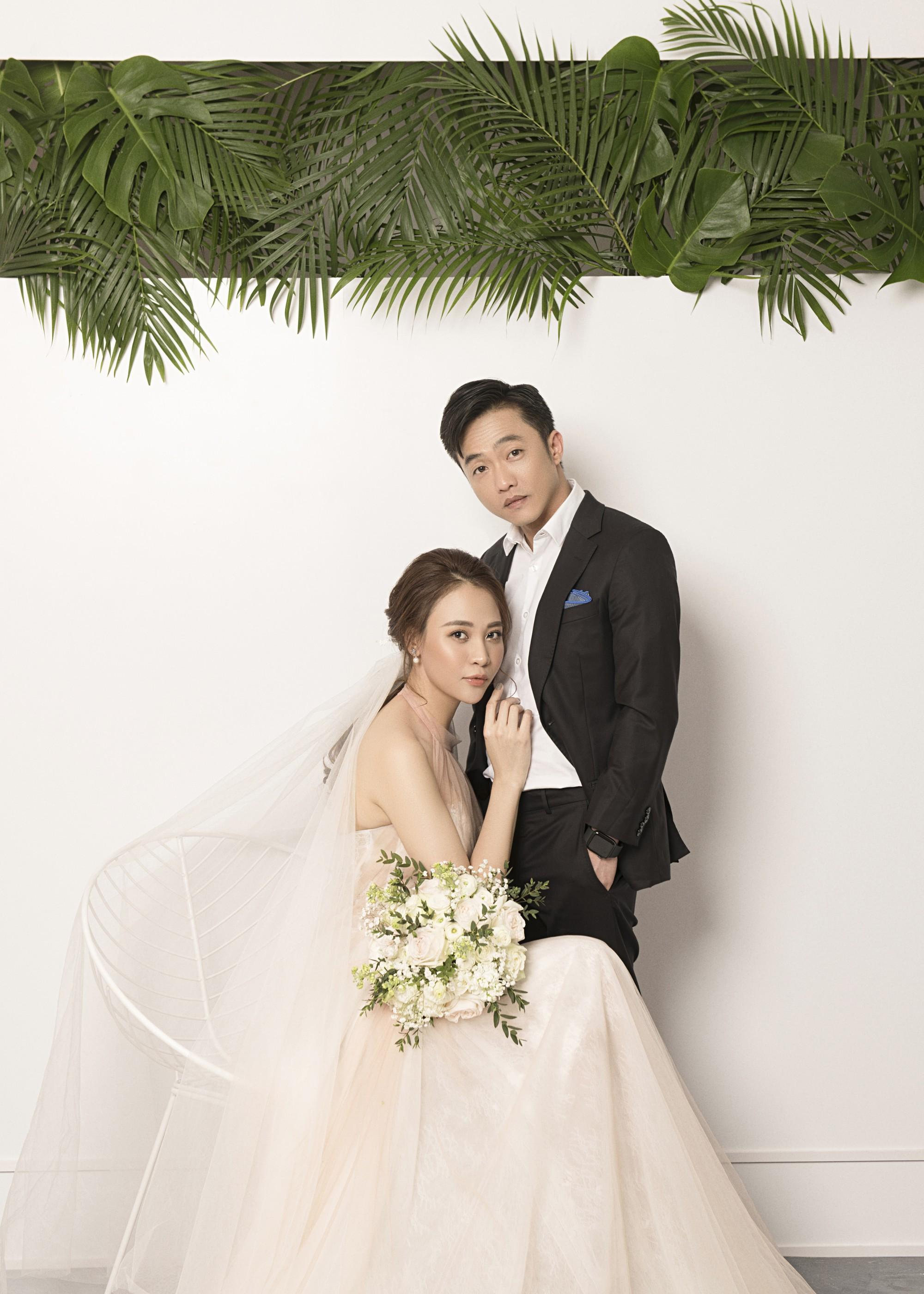Cường Đôla hôn vợ say đắm trong loạt ảnh cưới mới, bé Subeo thân thiết nắm tay mẹ kế-4
