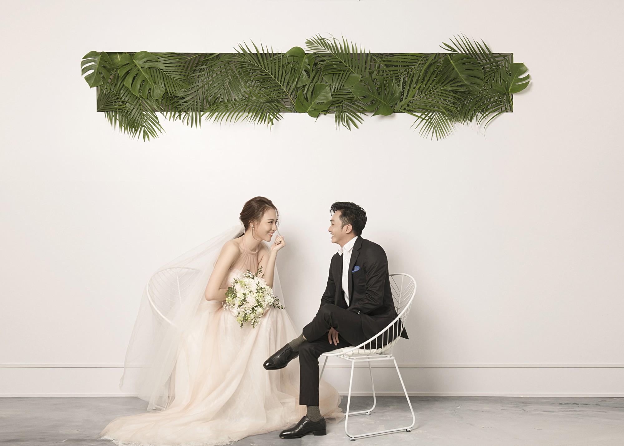 Cường Đôla hôn vợ say đắm trong loạt ảnh cưới mới, bé Subeo thân thiết nắm tay mẹ kế-5