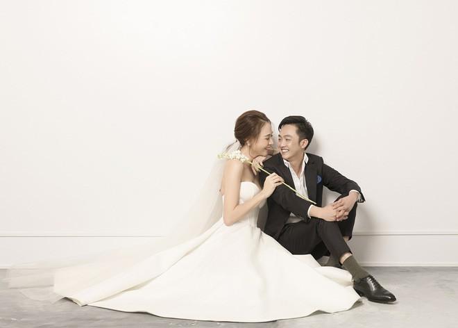Cường Đôla hôn vợ say đắm trong loạt ảnh cưới mới, bé Subeo thân thiết nắm tay mẹ kế-7
