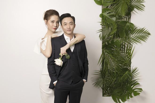 Cường Đôla hôn vợ say đắm trong loạt ảnh cưới mới, bé Subeo thân thiết nắm tay mẹ kế-9