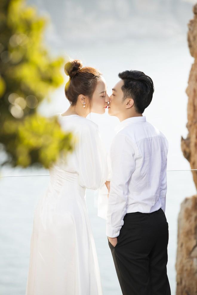 Cường Đôla hôn vợ say đắm trong loạt ảnh cưới mới, bé Subeo thân thiết nắm tay mẹ kế-15
