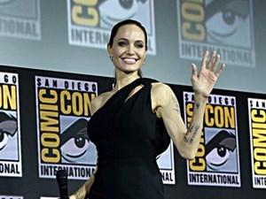 Angelina Jolie gầy guộc đáng báo động khi hội ngộ dàn sao