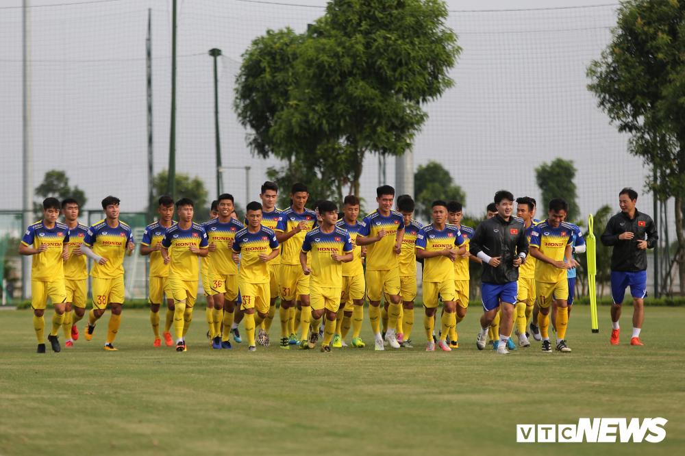 HLV Park Hang Seo khoe kính mới, đứng trên ghế xem giò U23 Việt Nam-1