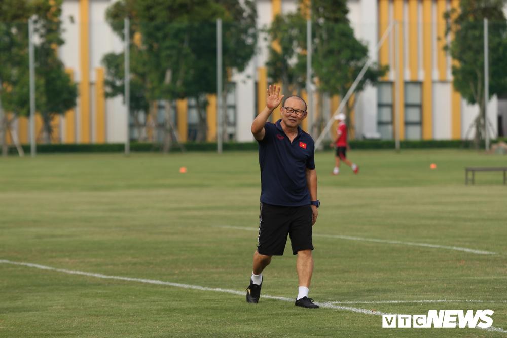 HLV Park Hang Seo khoe kính mới, đứng trên ghế xem giò U23 Việt Nam-2