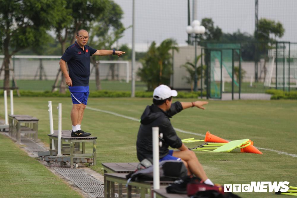 HLV Park Hang Seo khoe kính mới, đứng trên ghế xem giò U23 Việt Nam-3