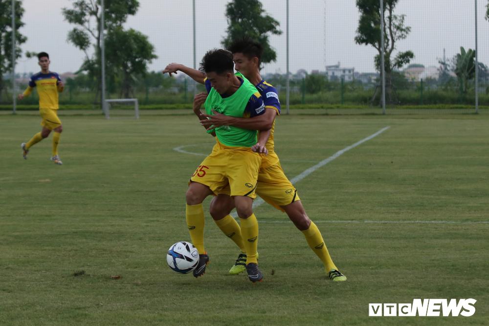 HLV Park Hang Seo khoe kính mới, đứng trên ghế xem giò U23 Việt Nam-5