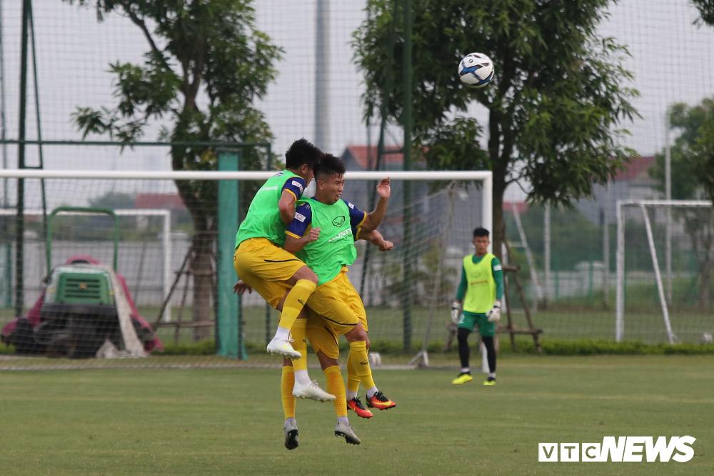 HLV Park Hang Seo khoe kính mới, đứng trên ghế xem giò U23 Việt Nam-6