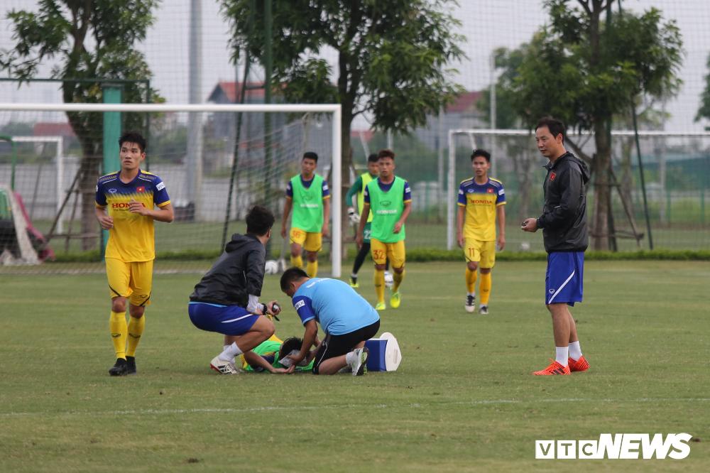HLV Park Hang Seo khoe kính mới, đứng trên ghế xem giò U23 Việt Nam-7