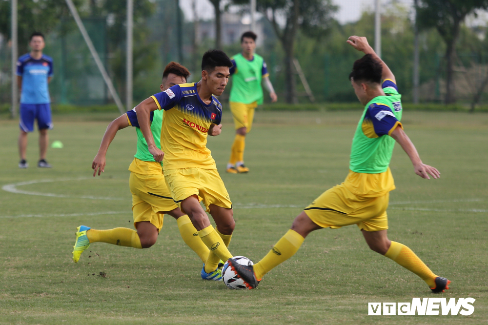 HLV Park Hang Seo khoe kính mới, đứng trên ghế xem giò U23 Việt Nam-8