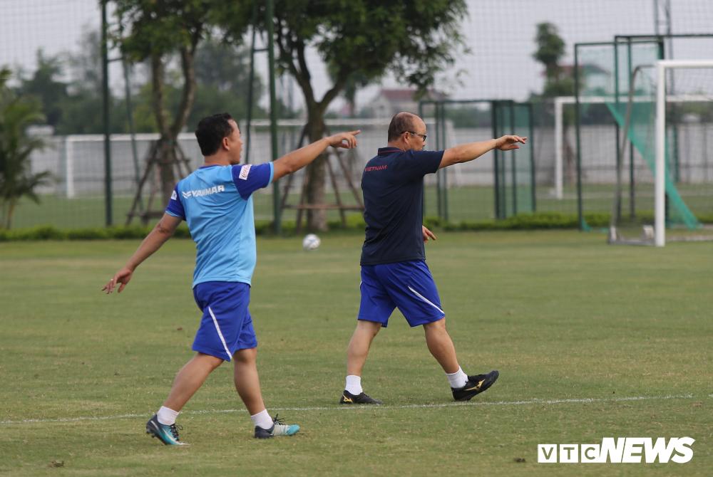 HLV Park Hang Seo khoe kính mới, đứng trên ghế xem giò U23 Việt Nam-9
