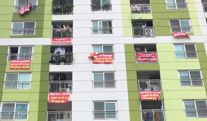 Tụ tập, treo biểu ngữ phản đối, dân chung cư cùng đường đòi quyền lợi-1