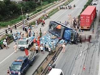 Xe tải lật đè chết 5 người chờ sang đường