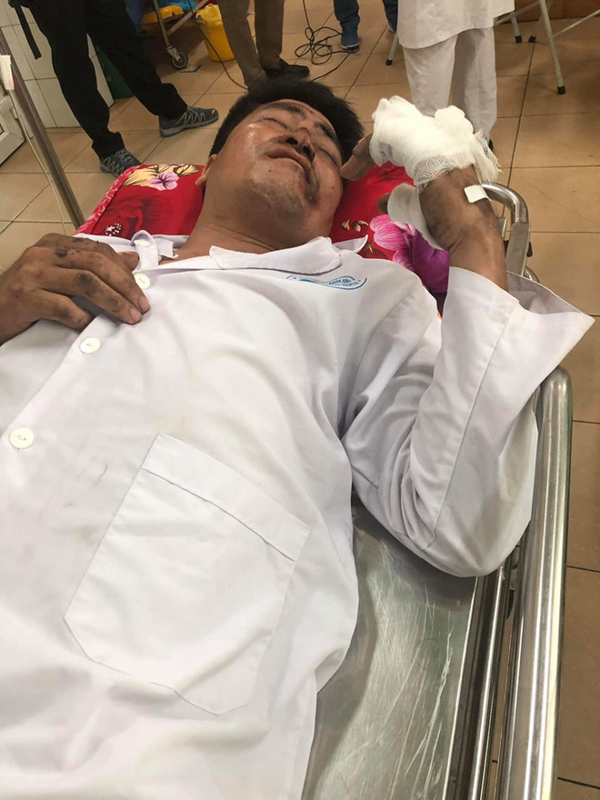 Người chồng ứa nước mắt khi tỉnh dậy trong bệnh viện sau vụ lật xe ở Hải Dương: Mọi người nói là vợ đã mất, mới sáng còn nói chuyện mà giờ...-2