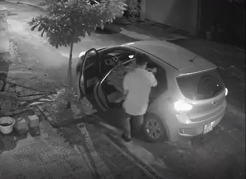 Clip: Người đàn ông lái xe ô tô đi... trộm chậu cây cảnh trong đêm-1