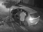 Clip: Đi ô tô bưng trộm chậu hoa sứ giữa đêm, người đàn ông bị chủ nhà bắt thóp, công khai chia sẻ lên MXH-1