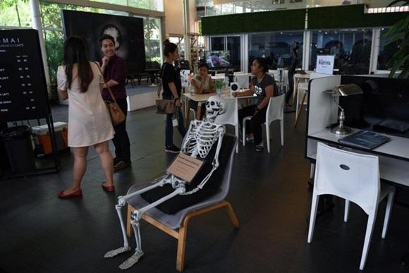 Bên trong quán cà phê chết chóc ở Thái Lan: Khách tha hồ nằm trong quan tài cảm nhận cái chết, đi dạo quanh địa ngục, chụp ảnh với hài cốt-7