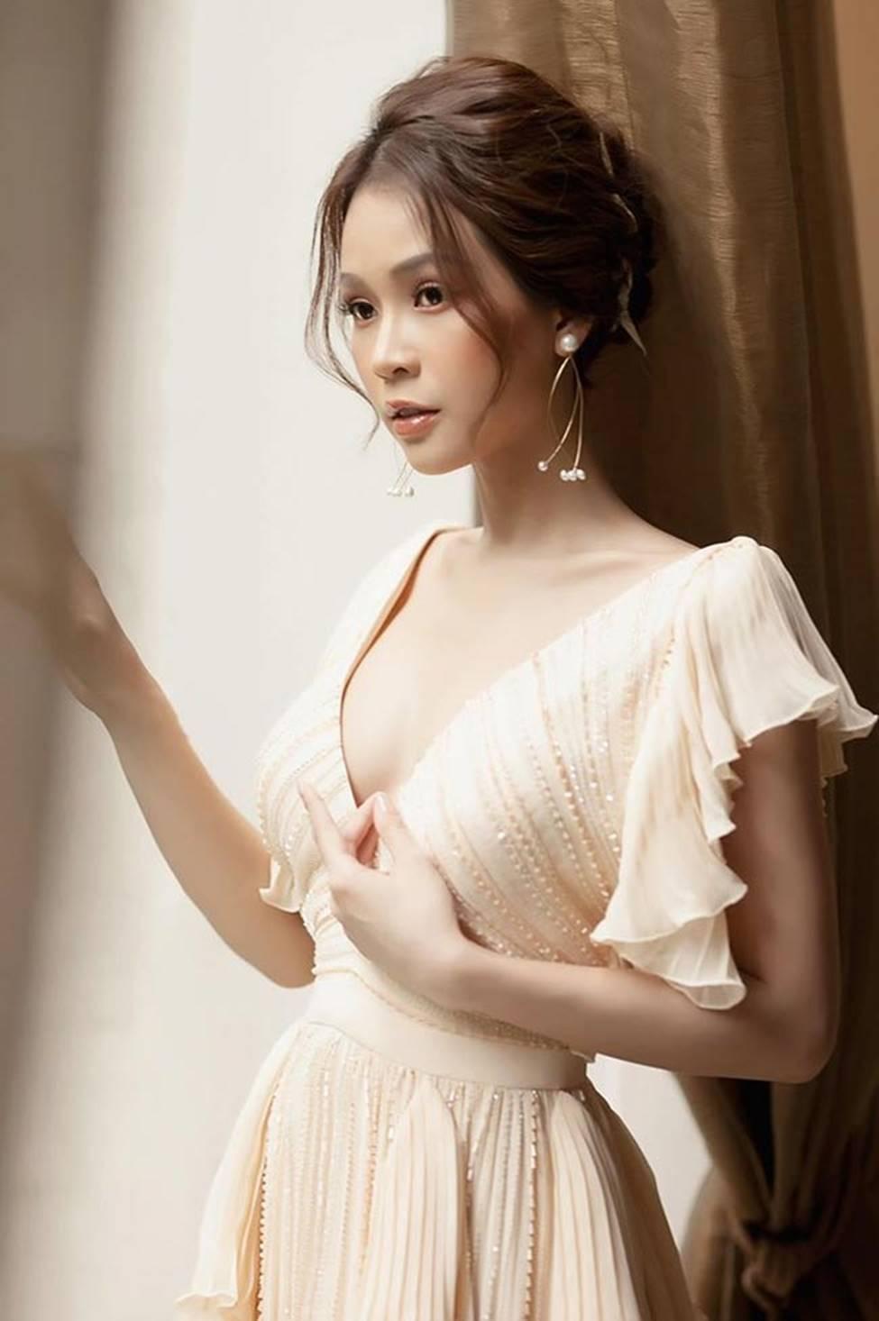 Váy trễ hút ánh nhìn của Chi Pu, Quỳnh búp bê...-14