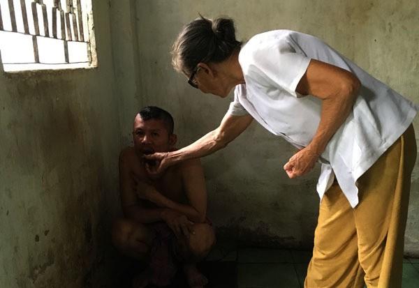 20 năm, người mẹ nghèo nuốt nước mắt xích con vào góc tường-2