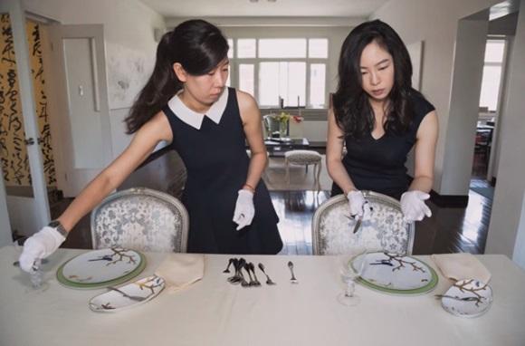 Cận cảnh lớp học trị giá 16 nghìn USD của chị em nhà giàu chỉ để biết cách ngồi bàn, ăn chuối sao cho quý tộc-3