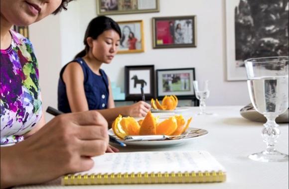 Cận cảnh lớp học trị giá 16 nghìn USD của chị em nhà giàu chỉ để biết cách ngồi bàn, ăn chuối sao cho quý tộc-4