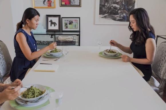 Cận cảnh lớp học trị giá 16 nghìn USD của chị em nhà giàu chỉ để biết cách ngồi bàn, ăn chuối sao cho quý tộc-6