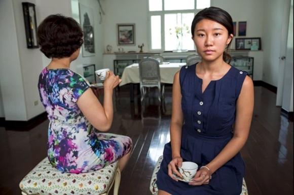 Cận cảnh lớp học trị giá 16 nghìn USD của chị em nhà giàu chỉ để biết cách ngồi bàn, ăn chuối sao cho quý tộc-7