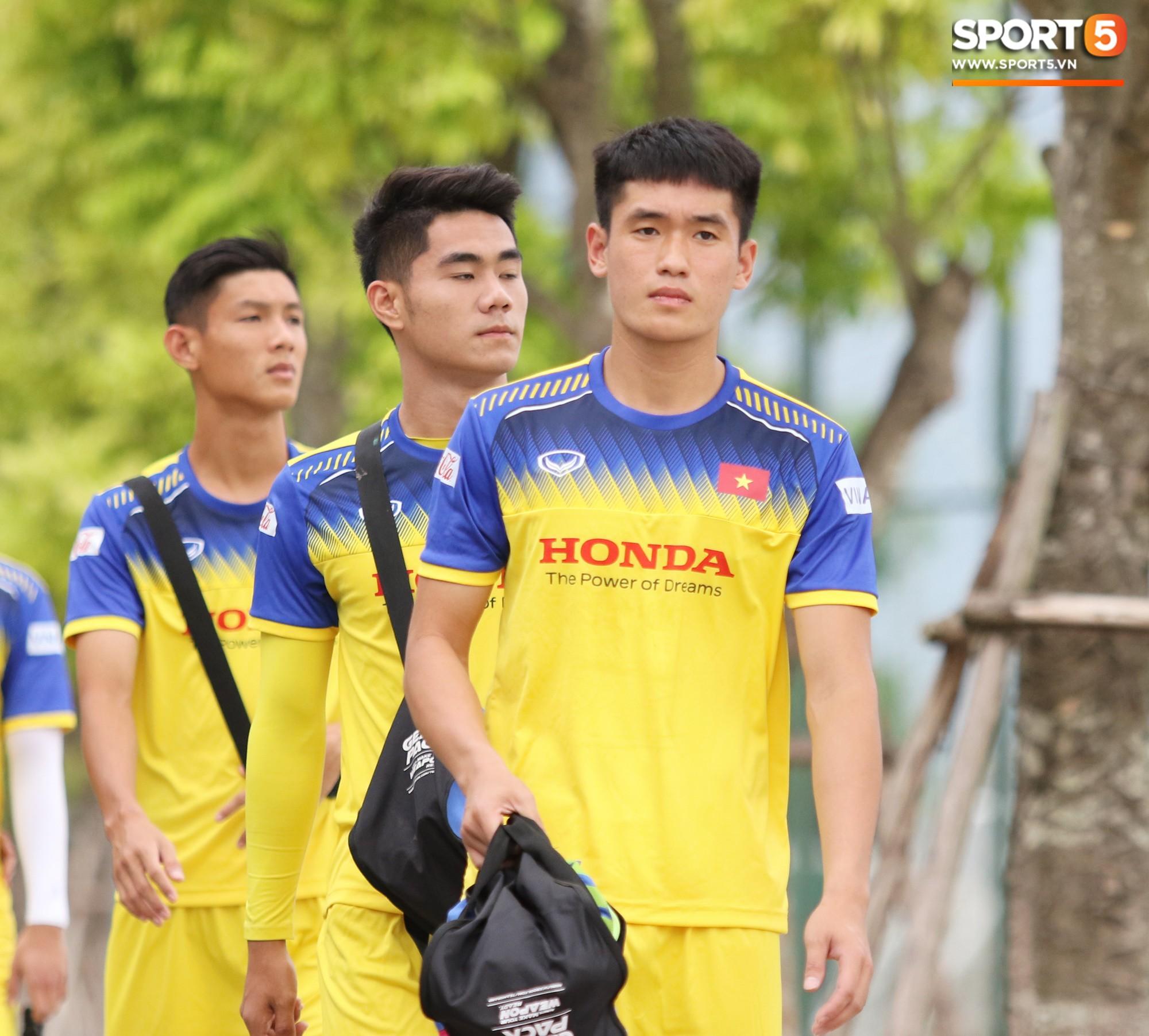 HLV Park Hang Seo đè đầu cưỡi cổ học trò trong buổi tập trước trận giao hữu với Viettel-5