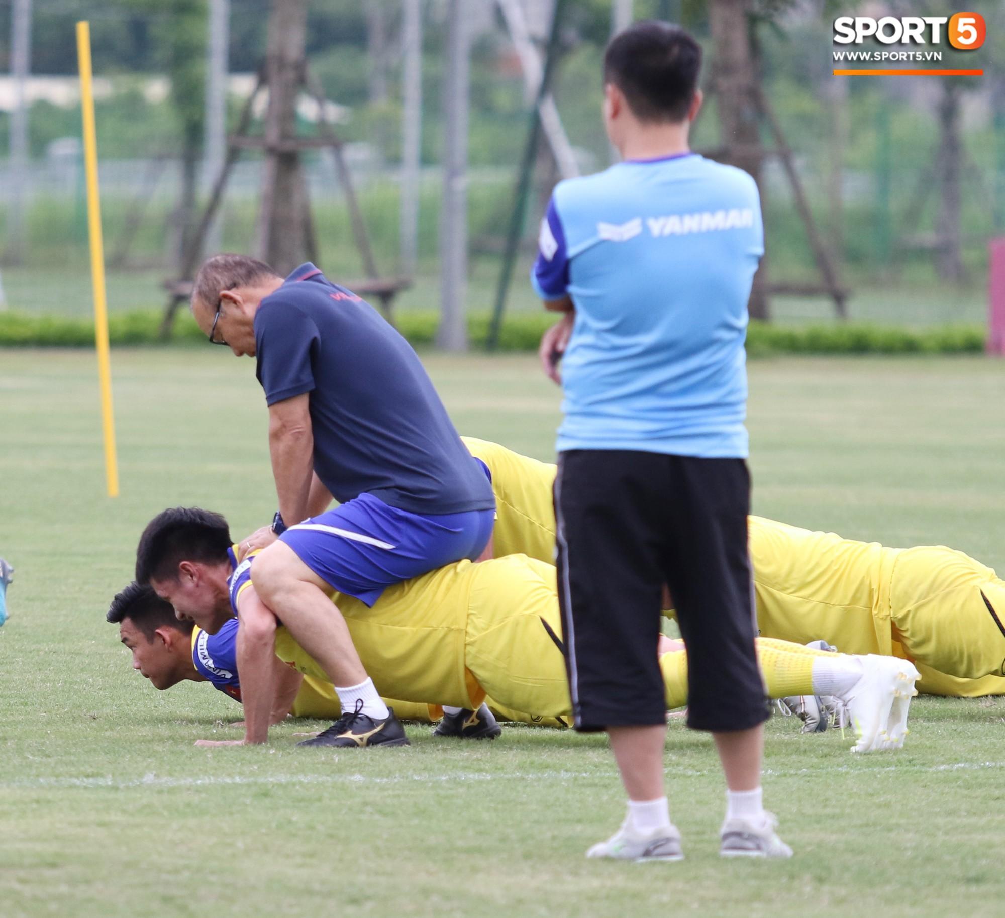 HLV Park Hang Seo đè đầu cưỡi cổ học trò trong buổi tập trước trận giao hữu với Viettel-2