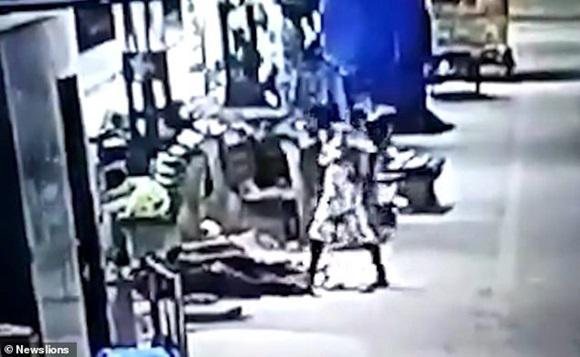 Bố mẹ ngủ say ở ga tàu, con gái 2 tuổi bị bắt cóc ngay trước mặt mà không biết-1