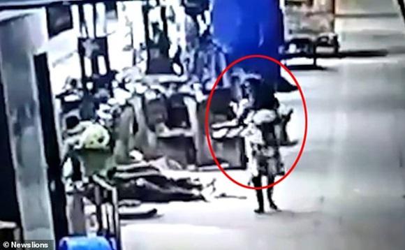 Bố mẹ ngủ say ở ga tàu, con gái 2 tuổi bị bắt cóc ngay trước mặt mà không biết-2