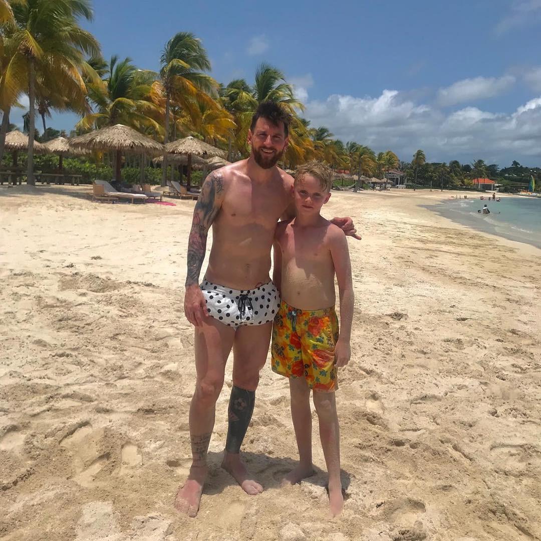 Tìm ra fan nhí may mắn nhất thế giới: Ra biển bỗng bắt gặp Messi và được chơi bóng cùng thần tượng-1
