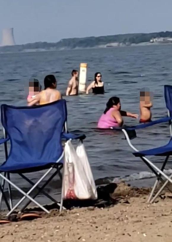 Đang tắm dưới hồ, cặp đôi thản nhiên làm chuyện ấy ngay trước mặt trẻ em-2