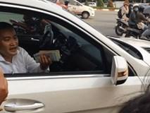 Bị CSGT kiểm tra, chủ xe cầm cọc tiền cố thủ trong xe Mercedes: 'Tài sản một đống, anh xuống sao được'