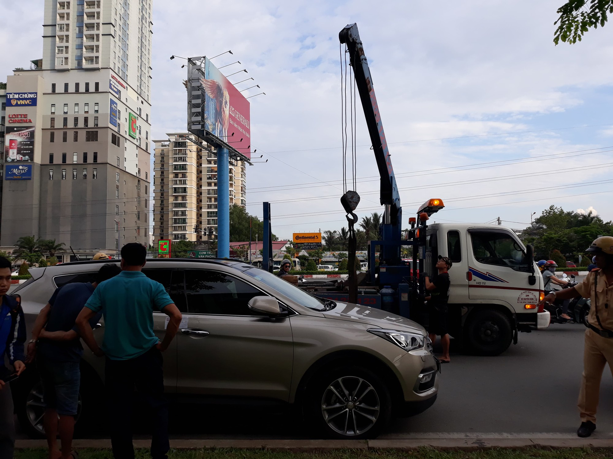 Chủ xe cầm bọc tiền cố thủ trên Mercedes GLS hơn 5 tỷ sau khi bị CSGT kiểm tra: Tài sản của anh tự nhiên giao cho bọn em cẩu về, anh có bị thần kinh đâu-3